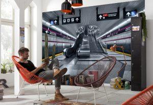 ambiente decorado com painel fotografico com imagem de estação de metrô