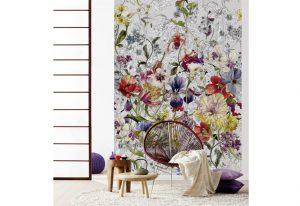 Ambiente decorado com painel fotográfico com imagem de flores coloridas